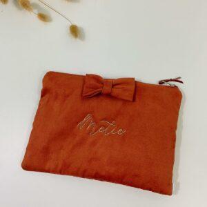 Fluwelen tasje met strik en borduring