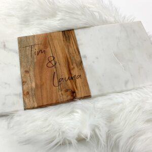 Serveerplank uit marmer en hout