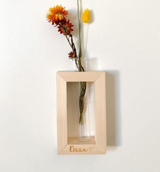 KADECO Gegraveerde staander met vaasje en droogbloemen