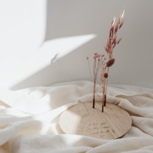 Gegraveerde ronde schijf met bloemenvaasjes